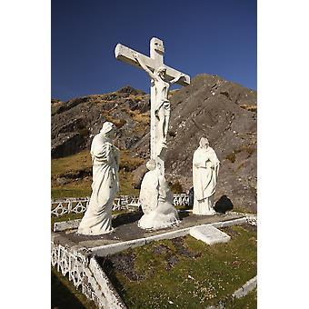 Kruzifix und Heiligenstatuen an der Spitze der Healy Pass County Cork Irland Poster Print von Trish Punch Design Pics