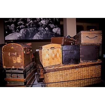 パノラマ画像でエリス島国立公園ニューヨーク ニューヨークのポスター印刷で古いトランクやスーツケースを表示します。