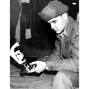 Armee Private Elvis Presley betrachtet sein Konterfei auf einem deutschen hergestellten Lampenschirm während der Dienstzeit In Grafenwöhr noch