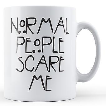 Normale Menschen erschrecken mich - bedruckte Becher