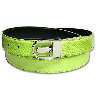 本物のヘビの皮が革のベルトを結合しました。
