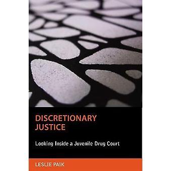 Justiça discricionária, olhando para dentro de um tribunal juvenil de drogas por Paik & Leslie