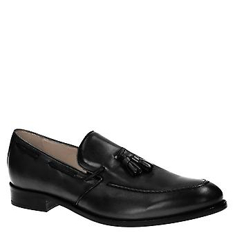 Handmade men's loafers with tassels in black leather