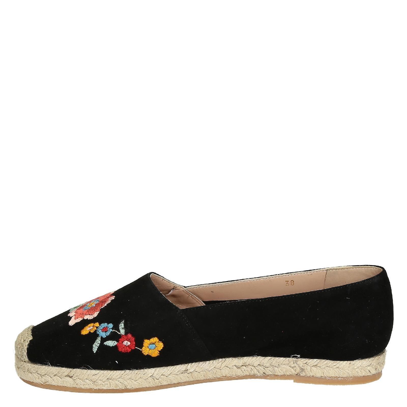 Alpargatas planas de cuero de gamuza negra con bordado floral