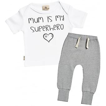 Verwöhnte faule Mutter ist mein Superheld Baby T-Shirt & Jogger Outfit Set