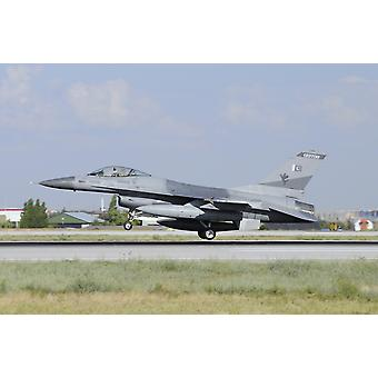 En Pakistan Air Force F-16A landar på Konya Air Base Turkiet under träning anatoliska Eagle 2015 affisch Skriv