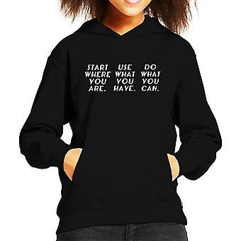Start waar je bent Arthur Ashe citeer Kid's Hooded Sweatshirt
