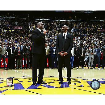 Magic Johnson & Kobe Bryant under Bryants jersey pensjonsalder seremoni på desember 18 2017 kl STAPLES Center i Los Angeles California fotoutskrift