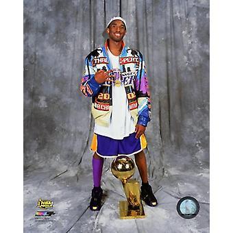Kobe Bryant med NBA mesterskabet trofæ efter at have vundet spillet 4 i 2002 NBA finaler Photo Print (8 x 10)