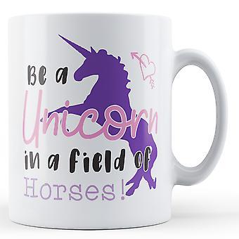 Werden eine Einhorn in einem Feld von Pferden! -Bedruckte Becher