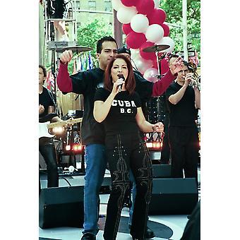 Gloria Estefan med hennes Band utför på idag Visa Ny 612001 av Janet Mayer kändis